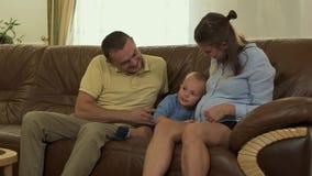 Colpi del bambino una pancia di una madre incinta stock footage