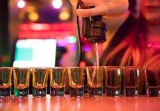 Colpi del liqour di Pouring del barista della donna Fotografia Stock Libera da Diritti