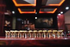 Colpi della bevanda di tequila su una barra fotografie stock libere da diritti