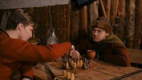 4 colpi Due uomini che giocano il gioco da tavolo popolare di strategia - tafl stock footage