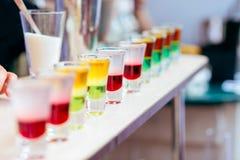 Colpi variopinti del liquore con alcool in cocktail Antivari Fotografia Stock Libera da Diritti