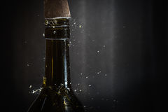 Colpire la cima della bottiglia di vino con il martello Immagine Stock
