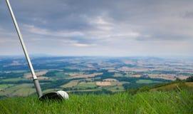 Colpire la sfera di golf fuori dalla montagna Fotografia Stock