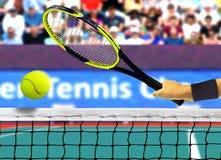 Colpire pallina da tennis davanti alla rete Immagine Stock