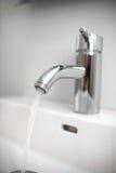Colpisca il rubinetto leggermente della valvola con acqua corrente Fotografia Stock Libera da Diritti