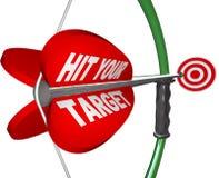 Colpisca il vostro obiettivo - l'arco e la freccia hanno puntato sull'occhio di tori illustrazione di stock