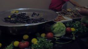 Colpisca in un ristorante di lusso con il gambero dell'ostrica dei granchi dei frutti di mare Concetto di celebrazione, alimento video d archivio