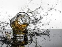 Colpo ad alta velocità spettacolare di rottura di Glasees del whiskey Immagine Stock