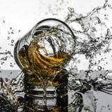Colpo ad alta velocità spettacolare di rottura di Glasees del whiskey Immagine Stock Libera da Diritti