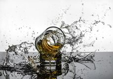 Colpo ad alta velocità spettacolare di rottura di Glasees del whiskey Fotografia Stock Libera da Diritti