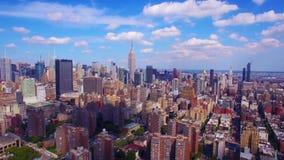 Colpo aereo colourful stupefacente 4k di New York NYC, bello orizzonte urbano moderno di architettura, alti grattacieli dello spe stock footage