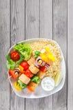 Colpo aereo dei kebab su riso con le verdure fotografie stock libere da diritti
