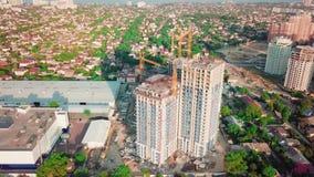 Colpo aereo del fuco Costruzione dei grattacieli nella regione di sviluppo di grande città Colpo di tramonto Nel telaio video d archivio