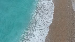 Colpo aereo del fuco della spiaggia del mare adriatico archivi video