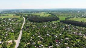 Colpo aereo del fuco di una vista satellite delle strade trasversali suburbane del villaggio archivi video