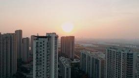 Colpo aereo del fuco sopra le costruzioni di appartamento residenziali sul tramonto Colpo aereo sopra il complesso condominiale d stock footage