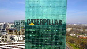 Colpo aereo del grattacielo dell'ufficio con Caterpillar inc marchio Edificio per uffici moderno Rappresentazione editoriale 3D Fotografia Stock Libera da Diritti