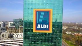 Colpo aereo del grattacielo dell'ufficio con il logo di Aldi Edificio per uffici moderno Rappresentazione editoriale 3D Immagine Stock