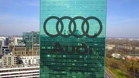 Colpo aereo del grattacielo dell'ufficio con il logo di Audi Edificio per uffici moderno Rappresentazione editoriale 3D Fotografia Stock Libera da Diritti