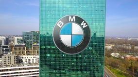 Colpo aereo del grattacielo dell'ufficio con il logo di BMW Edificio per uffici moderno Rappresentazione editoriale 3D Fotografia Stock Libera da Diritti
