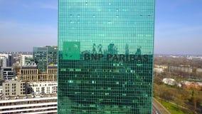 Colpo aereo del grattacielo dell'ufficio con il logo di BNP Paribas Edificio per uffici moderno Rappresentazione editoriale 3D Fotografie Stock Libere da Diritti