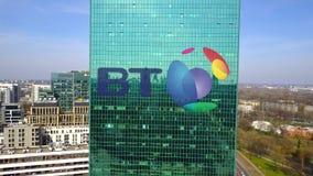 Colpo aereo del grattacielo dell'ufficio con il logo di BT Group Edificio per uffici moderno Rappresentazione editoriale 3D Fotografia Stock Libera da Diritti
