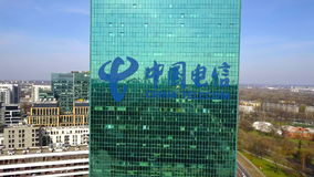 Colpo aereo del grattacielo dell'ufficio con il logo di China Telecom Edificio per uffici moderno Rappresentazione editoriale 3D Fotografie Stock