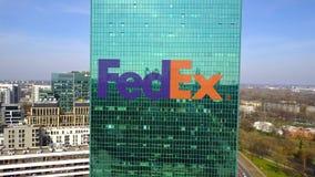 Colpo aereo del grattacielo dell'ufficio con il logo di Fedex Edificio per uffici moderno Rappresentazione editoriale 3D Immagini Stock