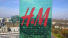 Colpo aereo del grattacielo dell'ufficio con il logo di H m. Edificio per uffici moderno Rappresentazione editoriale 3D Fotografia Stock