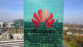 Colpo aereo del grattacielo dell'ufficio con il logo di Huawei Edificio per uffici moderno Rappresentazione editoriale 3D Fotografia Stock Libera da Diritti