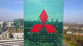Colpo aereo del grattacielo dell'ufficio con il logo di Mitsubishi Edificio per uffici moderno Rappresentazione editoriale 3D Fotografia Stock Libera da Diritti