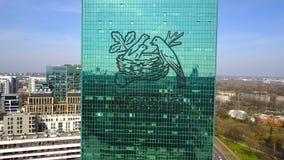 Colpo aereo del grattacielo dell'ufficio con il logo di Nestle Edificio per uffici moderno Rappresentazione editoriale 3D Fotografia Stock Libera da Diritti