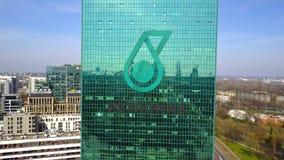 Colpo aereo del grattacielo dell'ufficio con il logo di Petroliam Nasional Berhad PETRONAS Edificio per uffici moderno 3D editori Fotografie Stock