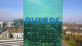 Colpo aereo del grattacielo dell'ufficio con il logo di Philips Edificio per uffici moderno Rappresentazione editoriale 3D Immagini Stock