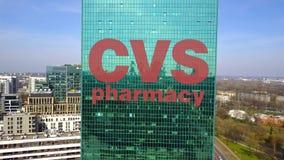 Colpo aereo del grattacielo dell'ufficio con il logo di salute di CVS Edificio per uffici moderno Rappresentazione editoriale 3D Immagine Stock