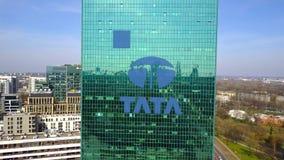 Colpo aereo del grattacielo dell'ufficio con il logo di Tata Group Edificio per uffici moderno Rappresentazione editoriale 3D Fotografie Stock