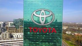 Colpo aereo del grattacielo dell'ufficio con il logo di Toyota Edificio per uffici moderno Rappresentazione editoriale 3D Fotografia Stock Libera da Diritti