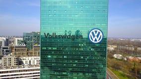 Colpo aereo del grattacielo dell'ufficio con il logo di Volkswagen Edificio per uffici moderno Rappresentazione editoriale 3D Fotografie Stock Libere da Diritti
