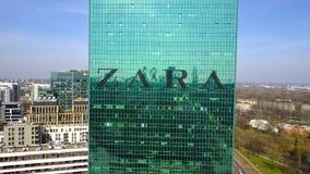 Colpo aereo del grattacielo dell'ufficio con il logo di Zara Edificio per uffici moderno Rappresentazione editoriale 3D Immagine Stock
