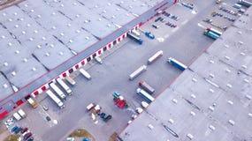 Colpo aereo del magazzino industriale del magazzino dove molto Truc fotografia stock