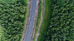 Colpo aereo del paesaggio della natura della foresta di bellezza con la strada fotografie stock libere da diritti