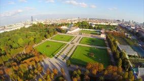 Colpo aereo del parco della città al crepuscolo, orizzonte di Vienna, ombre lunghe archivi video