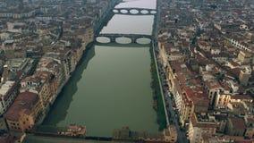 Colpo aereo del ponte famoso di Ponte Vecchio ed il fiume di Arno nella sera Firenze, Italia archivi video