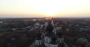 Colpo aereo del video tipico della chiesa 4k del russain archivi video