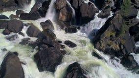 Colpo aereo dell'acqua della spruzzata della cascata con le rocce Acqua corrente closeup video d archivio