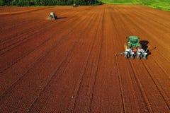 Colpo aereo dell'agricoltore con un trattore sul campo agricolo Immagini Stock Libere da Diritti