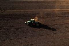 Colpo aereo dell'agricoltore con un trattore sul campo agricolo Immagini Stock
