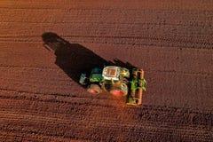 Colpo aereo dell'agricoltore con un trattore sul campo agricolo Fotografia Stock