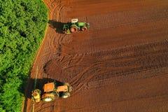 Colpo aereo dell'agricoltore con un trattore sul campo agricolo Fotografie Stock Libere da Diritti