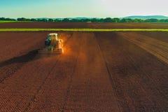 Colpo aereo dell'agricoltore con un trattore sul campo agricolo Immagine Stock